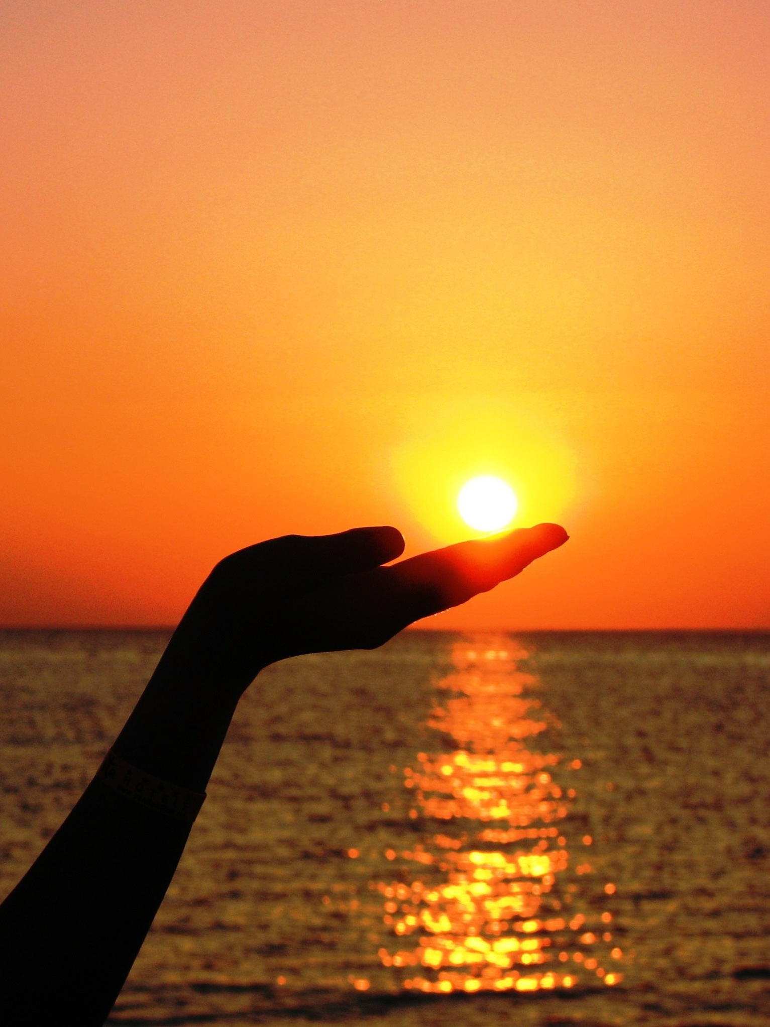 hand-sea-ocean-horizon-light-sun-sunrise-sunset-sunlight-morning-dawn-summer-dusk-evening-finger-reflection-red-afterglow-embers-956028
